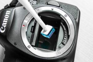 Eine Sensorreinigung bei Canon- und Nikon-Kameras kann man auch selbst durchführen.