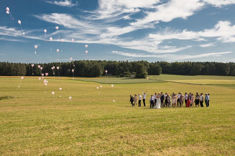 Hochzeit mit aufsteigenden Luftballons