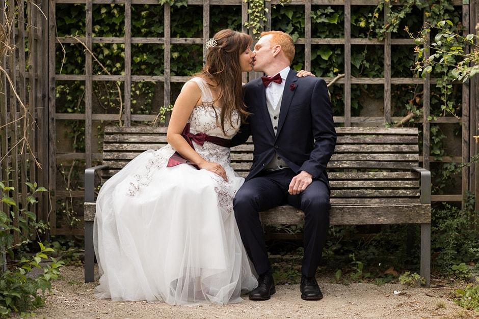 Küssendes Brautpaar in Lauf