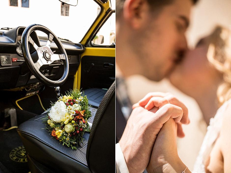 Brautstrauß in Hochzeitsauto und küssendes Hochzeitspaar