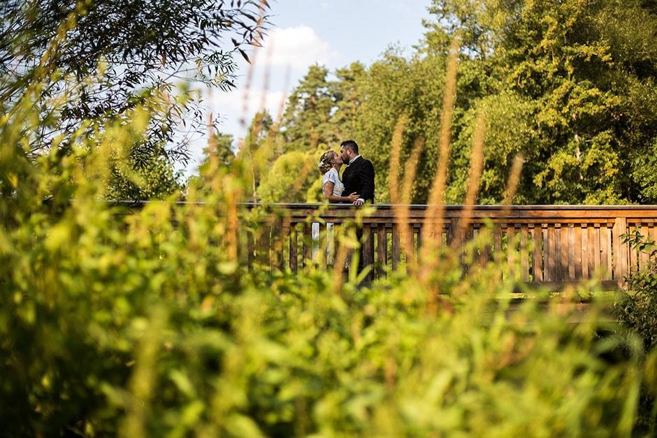 Hochzeitspaar auf Holzbrücke