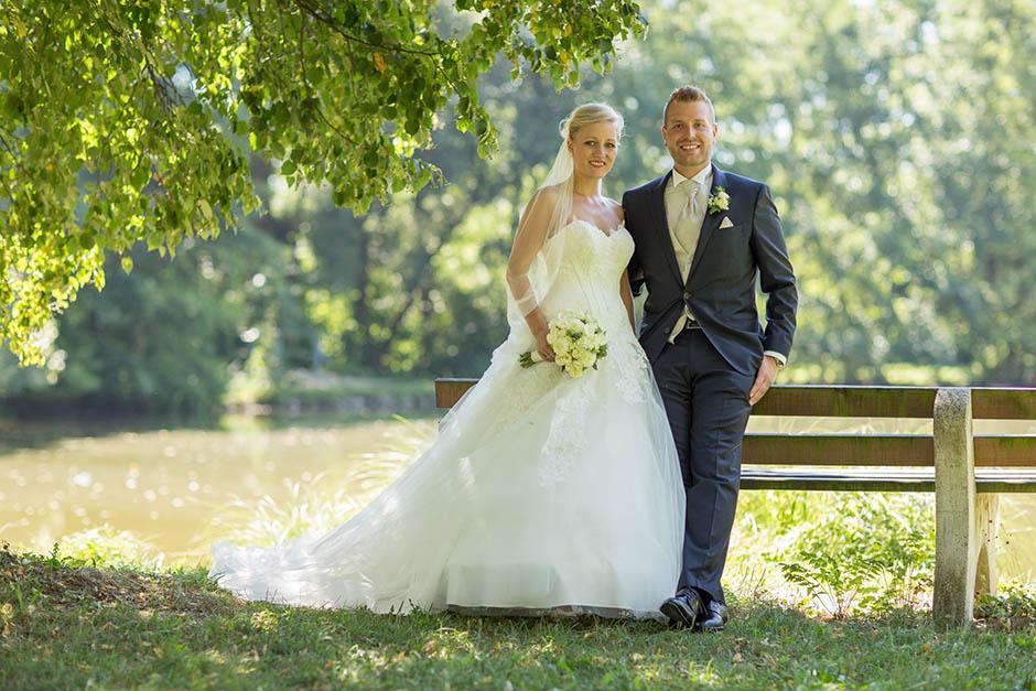 Brautpaar vor einem Teich