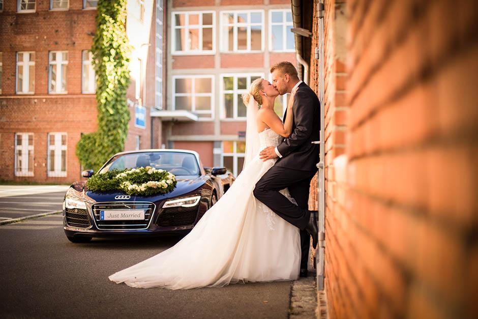Hochzeitsfotograf Nürnberg im Local Aufgetischt vor einem Audi A8