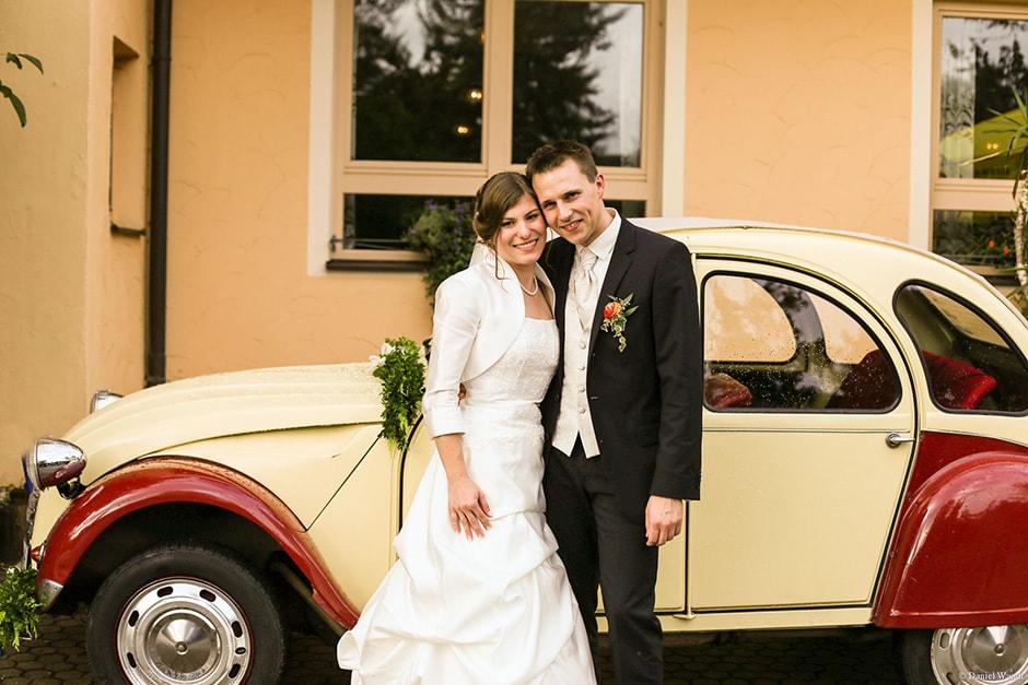 Brautpaar mit VW Käfer als Brautauto
