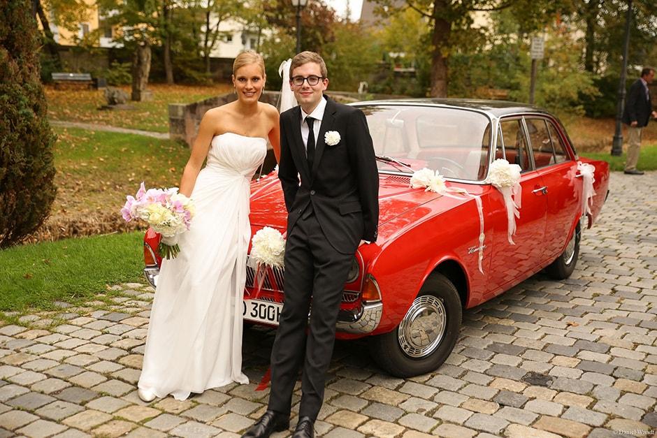Pellerschloss Nürnberg: Hochzeitspaar vor Brautauto