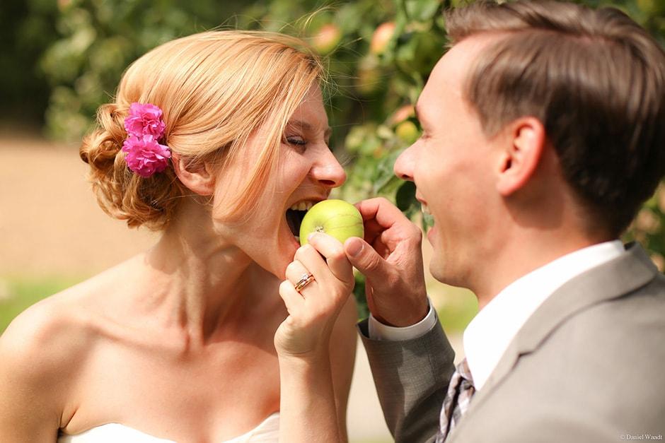 Braut beißt in Apfel