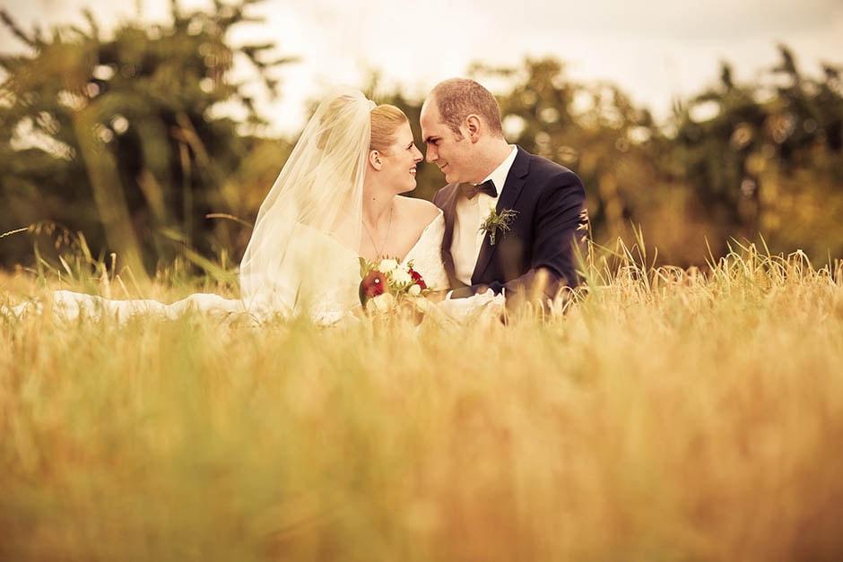 Hochzeitsfotograf auf der Wiese