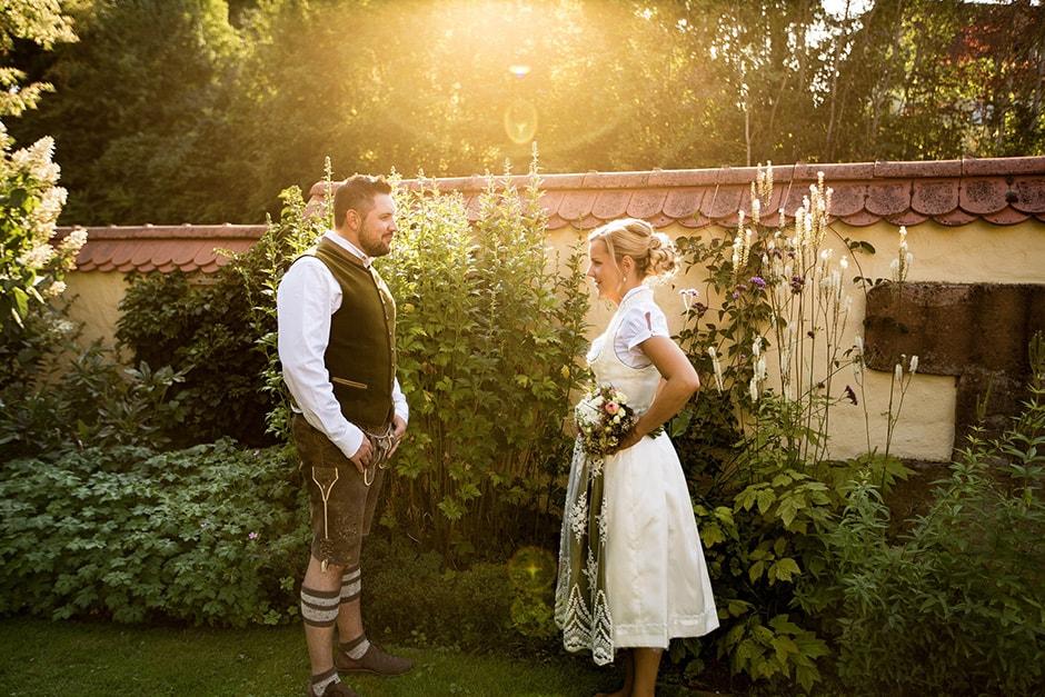 Hochzeit im Dirndl bei Sonnenuntergang