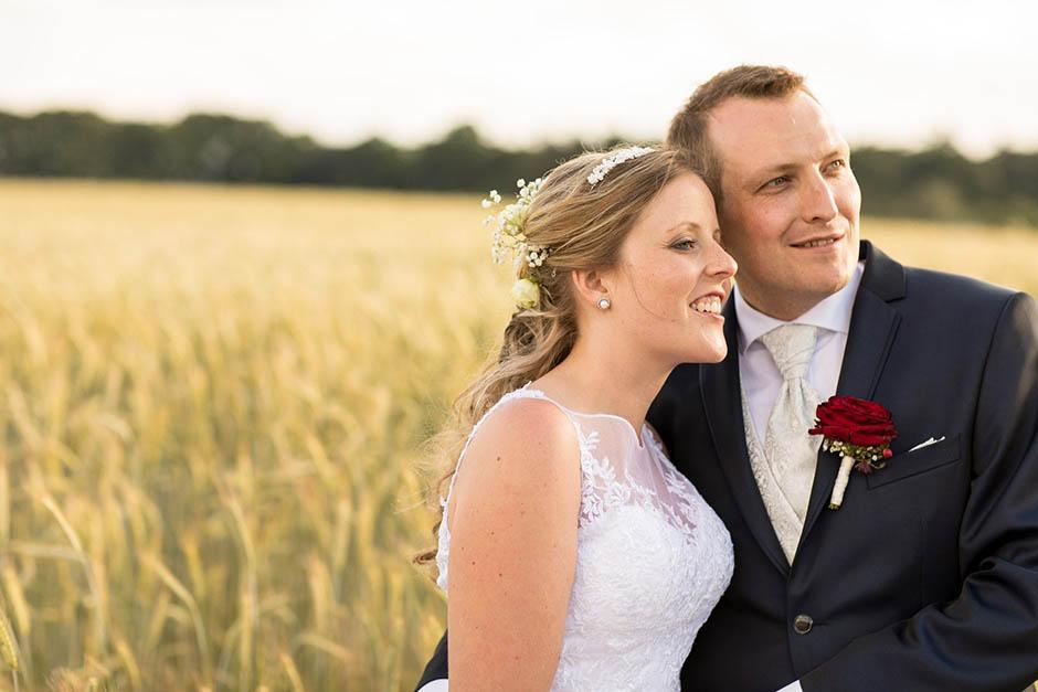 Paarfotos für Hochzeit auf dem Feld