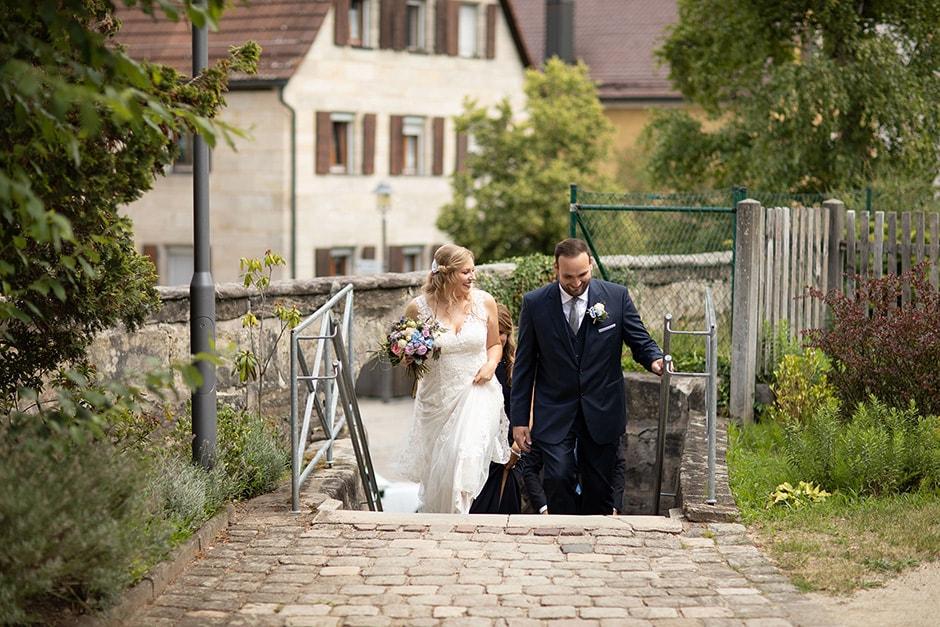 Brautpaar-auf-dem-Weg-Kirche