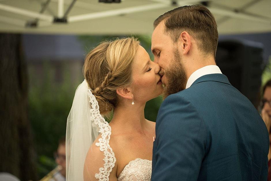 Erster-Kuss-Hochzeit