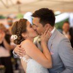 Brautpaar Kuss nach Trauung