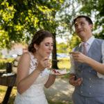 Brautpaar Hochzeitstorte gegenseitig füttern